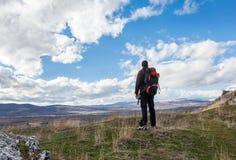 Męski wycieczkowicz na górze Obraz Royalty Free