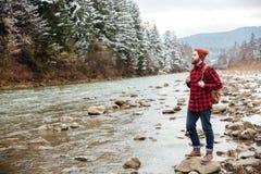 Męski wycieczkowicza odprowadzenie na rzece Fotografia Stock
