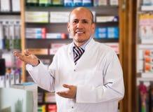 Męskie farmaceuty w farmacy Obrazy Royalty Free