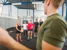 Męskie instruktora szkolenia atlety Przy Gym Zdjęcia Stock