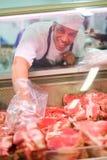 Męskiej masarki pomaga klient Fotografia Stock
