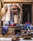 Męskiej mody eleganccy przypadkowi ubrania w domowej garderobie Zdjęcia Stock