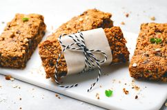 M?sliriegel mit N?ssen und Schokoladensplittern, gesunder selbst gemachter Imbiss lizenzfreies stockfoto