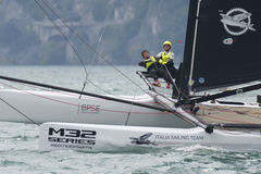 M32 série méditerranéenne, une concurrence rapide de catamaran de navigation Images libres de droits