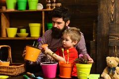 m t бородатая природа любов ребенка человека и мальчика r r счастливые садовники с стоковое изображение