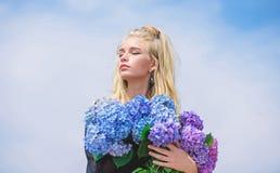 M?tev?r med ny doftdoft Blommor erbjuder doft F?r modemodell f?r flicka mjuka blommor f?r vanlig hortensia f?r h?ll royaltyfri bild