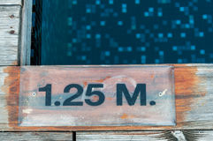 1 25 m Tiefenmarkierung Stockbild