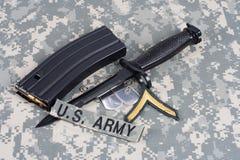 M-16 tijdschrift met munitie en bedelaars Stock Afbeelding