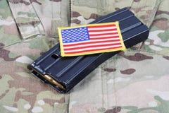 M-16 tijdschrift met munitie op eenvormige het Leger van de V.S. Stock Foto