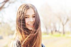 M?tis europ?en asiatique de belle de soleil adolescente heureuse de fille avec le long portrait de cheveux photo libre de droits