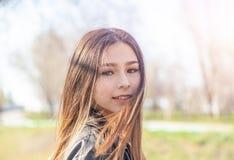 M?tis europ?en asiatique de belle de soleil adolescente heureuse de fille avec le long portrait de cheveux images stock