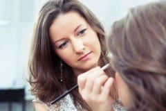 M.U.A. que aplica maquillaje Foto de archivo libre de regalías