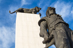 M.V.罗蒙诺索夫,莫斯科州立大学的创建者雕象 r Stefanik和狮子 库存照片