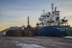 M/V Hagland上尉卸载木材 免版税图库摄影
