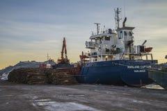 M/V Hagland上尉卸载木材 库存图片