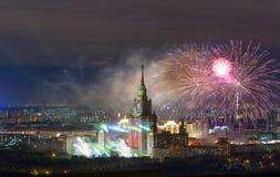 M V Université de l'Etat de Lomonosov Moscou, feux d'artifice le jour de Photo stock