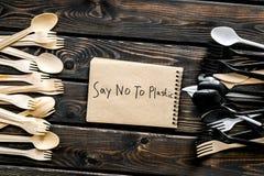 M?wi? nie klingeryt kopia Eco zakaz s?dowy na i poj?cie u?ywamy plastikowy flatware na drewnianego t?a odg?rnym widoku zdjęcia stock
