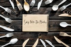 M?wi? nie klingeryt kopia Eco zakaz s?dowy na i poj?cie u?ywamy plastikowy flatware na drewnianego t?a odg?rnym widoku zdjęcie stock