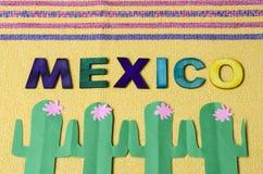 M?xico hizo de letras de madera coloridas y del cactus verde de papel imagenes de archivo