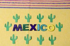M?xico hizo de letras de madera coloridas y del cactus verde de papel imagen de archivo