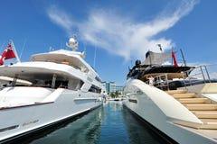 M/Y Moonsand par le Sovereign et M/Y avantageux par Palmer Johnson sur l'affichage au yacht de Singapour montrent 2013 Image libre de droits