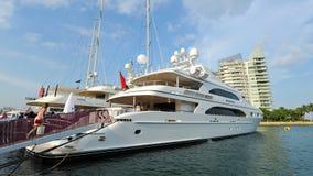 M/Y toont het saffier super jacht van Drievuldigheid op vertoning bij het Jacht van Singapore 2013 Stock Foto's