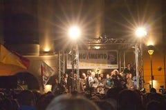 M5S verdedigers die aan de Italiaanse impresario Beppe Grillo luisteren Stock Foto's