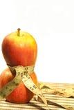 Maßband um Äpfel Stockbilder