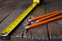 Maßband und Bleistifte Stockfoto