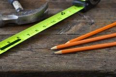Maßband und drei hölzerne Bleistifte Stockfotografie