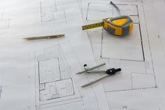Maßwerkzeug und Teiler oder Kompassse auf Plan, Architekturkonzept stockbild