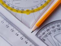 Maßwerkzeuge und ein Bleistift lizenzfreie stockfotos