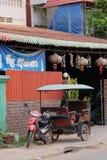Mała Azjatycka dziewczyna siedzi w moto riksza blisko domu z czerwonymi lampionami obraz royalty free