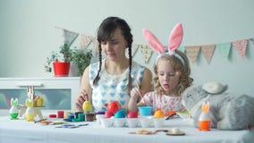Mała dziewczynka i jej macierzysty narządzanie dla Easter zbiory