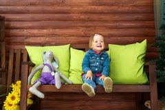 Mała dziewczynka jest siedząca i uśmiechnięta zdjęcia stock