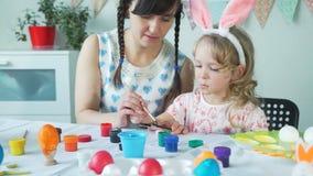 Mała dziewczynka maluje drewnianego Easter królika z mamą zbiory
