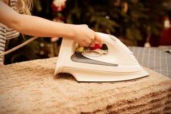 Mała dziewczynka odprasowywa ręcznika z żelazem fotografia royalty free