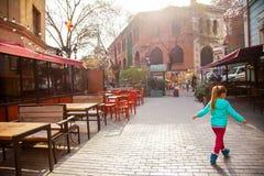 Mała dziewczynka w Starej Tbilisi ulicie, Gruzja, Styczeń 2019 fotografia stock