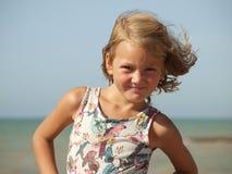 _mała dziewczynka z uśmiech i rozwijać włosy zdjęcia stock