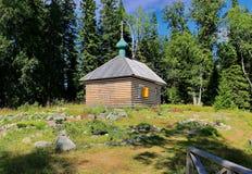 Mała kaplica w lasowym Valaam - miejsce pielgrzymka Ortodoksalni wierzący Drewniana architektura Rosja ladoga jeziora zdjęcie stock