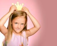 Mała królowa w złocistej koronie Mała princess dziewczyna w żółtej koronie i pięknej sukni na różowym tle piękne fotografia royalty free