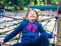 Mała rudzielec dziewczyna bawić się na boisku obrazy royalty free
