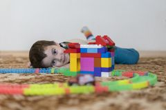 mała uśmiechnięta chłopiec bawić się z konstruktor zabawką Chłopiec bawić się intelektualista zabawki fotografia stock