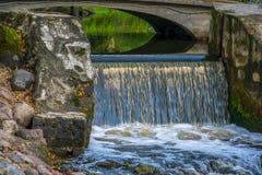 Mała wody kaskada W miasto parku zdjęcia royalty free