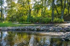 Mała wody kaskada W miasto parku fotografia stock