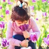 małe dziecko naturalne piękno Children dzień Twarz i skincare alergia kwiaty Wiosna tulipany Prognoza pogody obraz royalty free