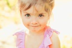 małe dziecko naturalne piękno Children dzień Wiosna prognoza pogody lata dziewczyny moda szczęśliwego dzieciństwa Twarz obraz royalty free