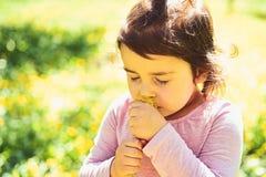 małe dziecko naturalne piękno Children dzień Wiosna prognoza pogody mała dziewczynka w pogodnej wiośnie Lato dziewczyna zdjęcie royalty free