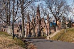 Małe flagi amerykańskie i headstones przy Krajowym cmentarzem obraz royalty free