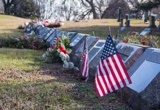 Małe flagi amerykańskie i headstones przy Krajowym cmentarzem obrazy royalty free